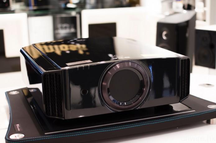 中階型號 DLA-X7000 則是鏡面鋼琴黑設計,與旗艦型號一樣取獲 THX 3D Display 及 isfccc 認證。
