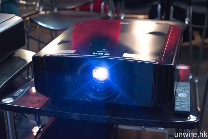 旗艦型號 DLA-X9000 外型與 DLA-X7000 無太大分別,但所有零件均是精挑細選,務求提供最佳畫面表現。