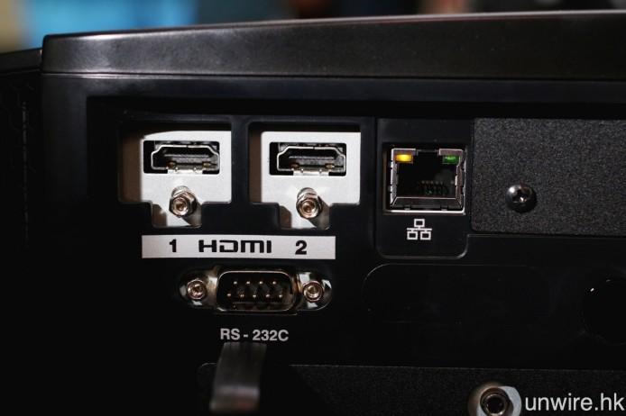 3 款型號的兩組 HDMI 輸入端子,均為 HDMI 2.0 規格,對應 4K 60p 4:4:4 8bit 及 HDR 訊號之餘,亦支援 HDCP 2.2 通訊協定。