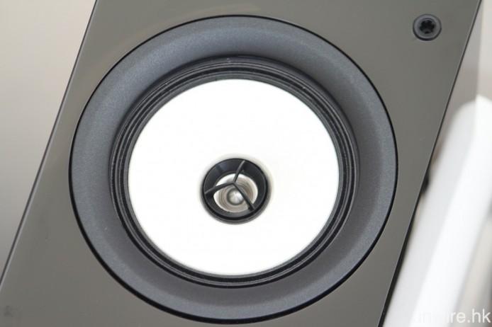 採用由 100mm N-OMF 低音單元及 20mm 球頂高音單元組合而成的二路同軸單元。