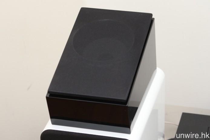 以實木製成的音箱可有效減少諧振,隨機亦附送布質喇叭網罩。