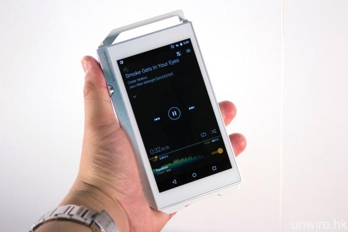 雖然用上 4.7 吋屏幕,但由於機身闊度僅為 75.9mm,加上兩邊設有音量旋鈕及實體播放操控鍵,因此要單手操控播歌並無太大問題。