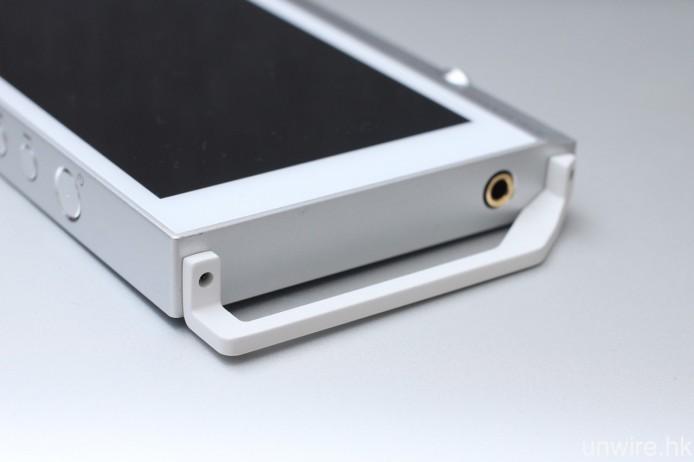 與 Pioneer 的便攜耳擴 XPA-700 一樣,此機的頂部及底部都加入防撞桿,但就未有像 DP-X1 般配備 2.5mm 平衡輸出。