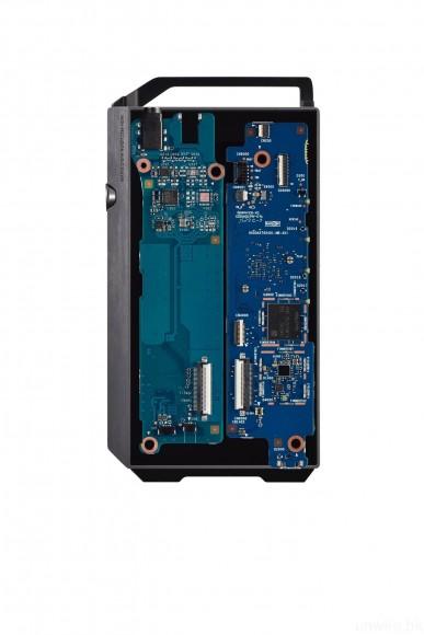 內部採用分離式底板設計,左邊是聲音及電源線路,而右邊則是 Android 系統線路。