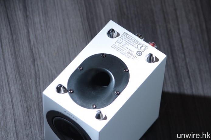 音箱底部設有低音反射孔。