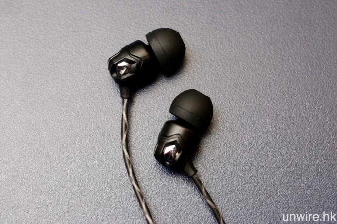 耳機外殼以鋅合金液態鑄造而成。