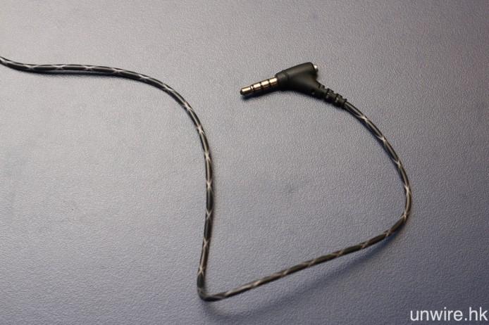 線材以防彈纖維 Kevlar 製成,而 45 度傾斜式插頭則經過 24K 鍍金處理。