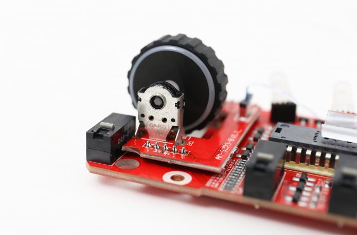 滾輪使用日商 ALPS 編碼器,有準確一格一格的滾動手感。