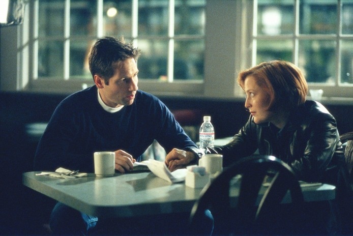 """THE X-FILES - SEASON 7: Mulder (David Duchovny, L) and Scully (Gillian Anderson, R) search for clues to thte abduction of Mulder's sister on THE X-FILES episode """"Closure"""" which originally aied Sunday, Feb. 13, 2000 (9:00-10:00 PM ET/PT) on FOX. ©2000 FOX BROADCASTING COMPANY CR: Carin Baer/FOX"""