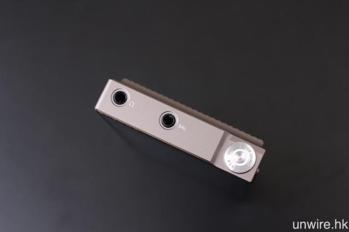 改用 Technical Rounded 電源按鍵之餘,PLENUE S 的機頂還加入 3.5mm 4 極平衡輸出端子。非平衡及平衡輸出的輸出電平均為 3Vrms,而輸出阻抗則分別為 1ohms 及 2ohms,均較 PLENUE 1 有所提升,用以加強推力。