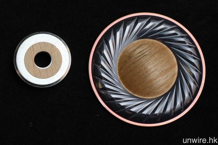 40mm 單元以樺木 Wood Dome 振膜(右)及 1T 磁通量的釹磁鐵(左)組合而成,前者底層為 PEN 物料,後者則改威磁鐵頂部形狀,去大幅度加強磁力,從而提升對單元的控制力,令單元運動更為線性。