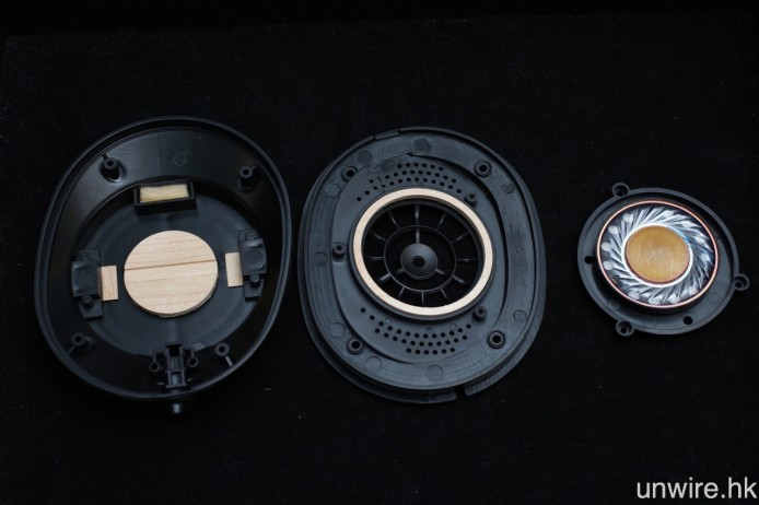 HA-SW01 在單元前後都加入楓木調音部件,進一步降低內部諧振。
