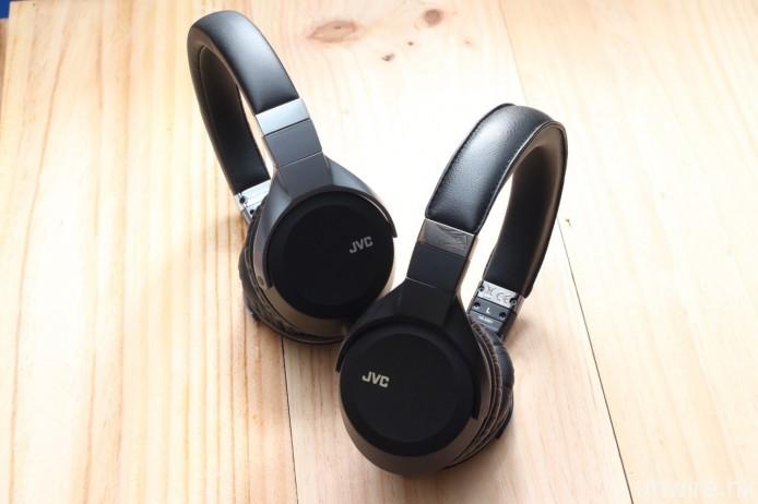 同場還發布了 SS 系列高清音樂頭戴式耳筒 HA-SS01(右)及 HA-SS02(左)。兩款型號採用 40mm PEN 振膜單元,前者在單元後方加入磁鐵及調音插頭,而而後者則只在 PEN 振膜後設有兩枚磁鐵。