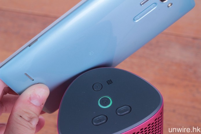 對應 NFC 藍牙近場配接功能,只需將手機輕輕一碰,兩者即會自動配接。