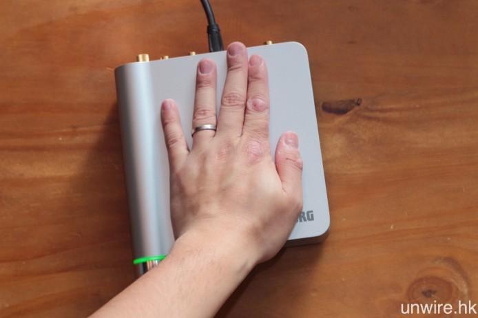 機身大小與艾域的手掌相約,再加上 USB 供電設計,要於書檯上找位置安放亦無太大難度。