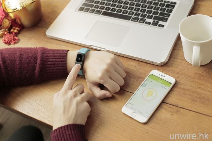用食指輕觸 HeHa Qi上嘅金屬片,靜坐並跟 HeHa App 指示進行深呼吸就可以
