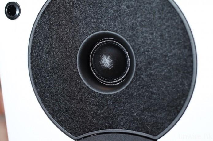 兩者使用的單元完全相同,高音為 1 吋絲膜軟球頂高音,外圍以一層絨布圍繞,用以降低高音繞射。