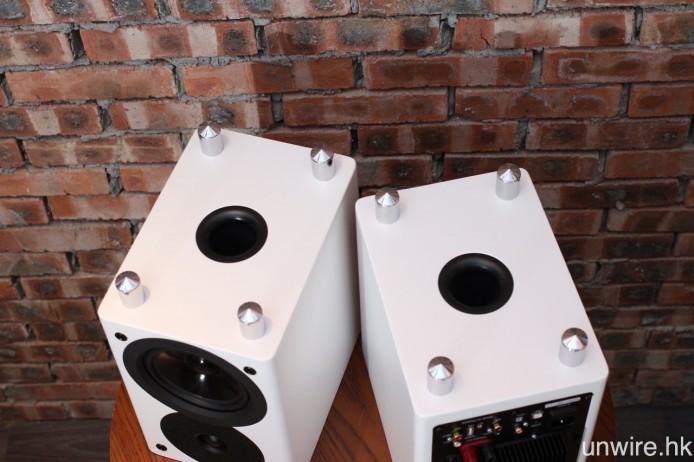 低音反射孔設於底部,用以加強低頻量感。