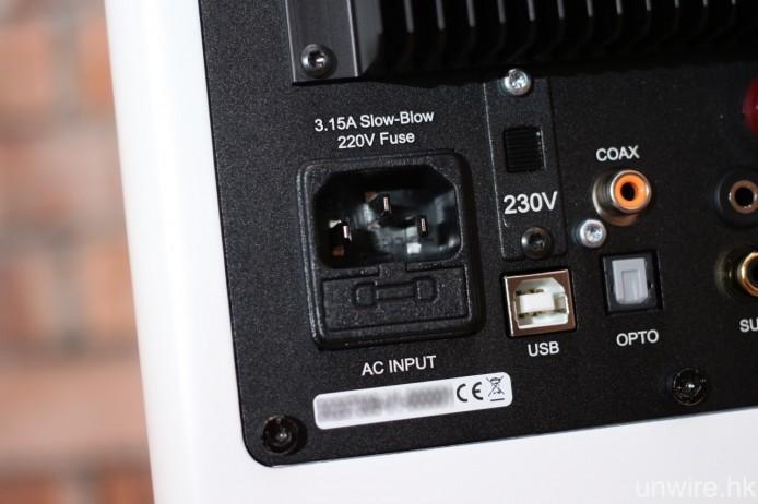 採用 IEC 電源接頭,可自行替換電源線作調聲。