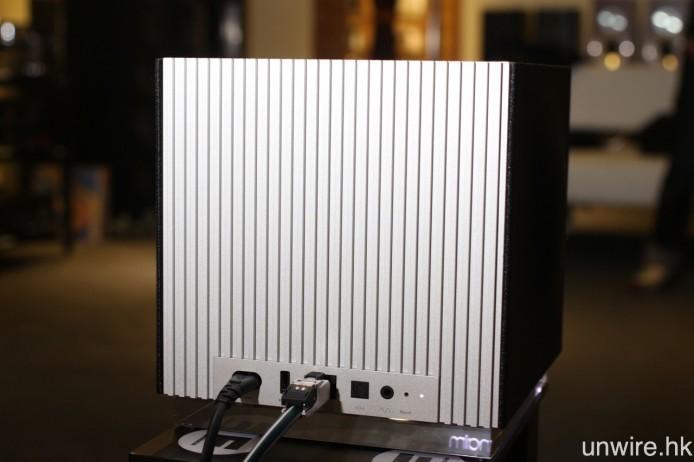 端子頂部則是大型鋁製散熱背板。
