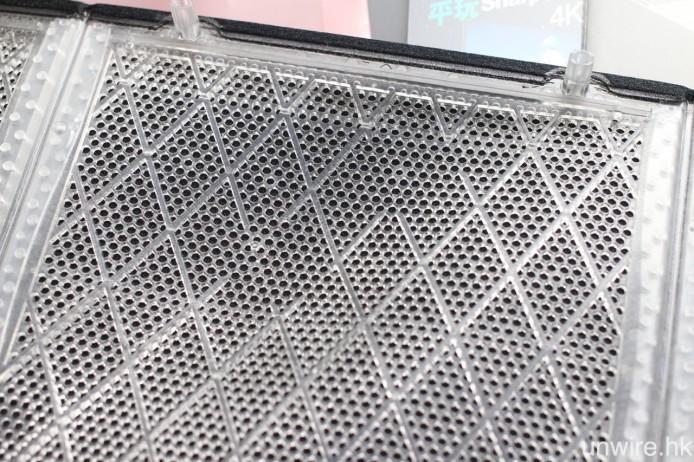 廠方在網罩上的高音單元位置,特別減少刻紋,確保高音輸出得更為清晰。