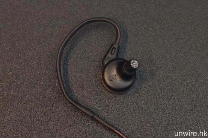 採用合乎人體工學的微傾式設計,令耳機更貼耳,隔音效果亦令人稱許。近耳機端接線加入熱縮管,方便用戶掛耳使用。
