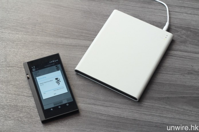 使用 T Air,用戶只需將光碟機接上電源,然後在 iOS 或 Android 裝置安裝《T Air》應用程式,就可以無線狀態,將 CD 擷取成數碼音樂檔案,並儲存於智能裝置之中。