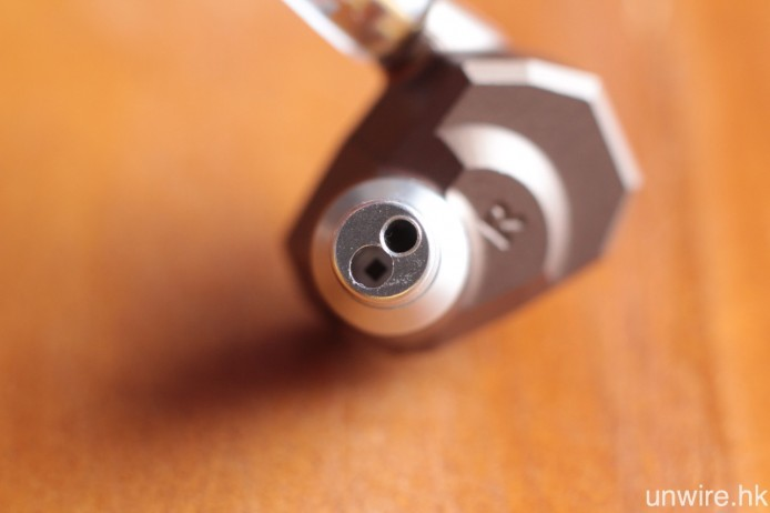 採用雙分頻設計,高音及低音分別通過不同的開孔輸出,是 Jupiter 重要特點。