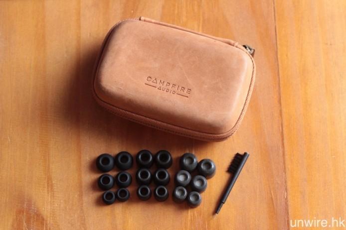 其他隨機附送的配件還包括便攜皮盒、大中小尺寸各一的矽膠耳塞、耳棉及 Comply Tx 400 耳棉,與及清潔棒一支。