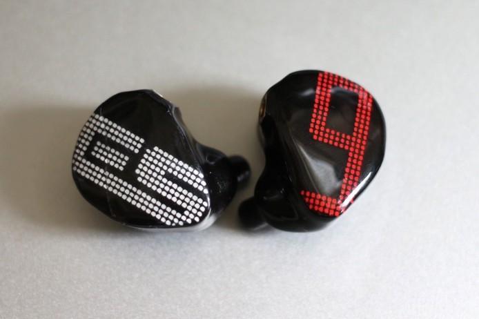 S-EM9 右邊耳機印有 EarSonics 的品牌標誌,而左邊耳機則印有型號中的 9 字,亦代表它用上 9 組單元。