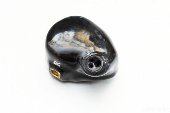 耳機改用 3 孔套管設計,而合乎人體工學設計的機身,則屬該品牌的第 8 代通用形耳機外型設計。
