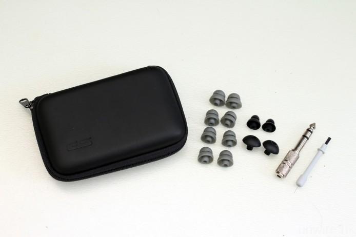 隨機附送便攜盒、4 對硬身雙節膠、軟身兩節膠及傳統耳膠各一對,以及 3.5mm/6.3mm 轉插和清潔棒。