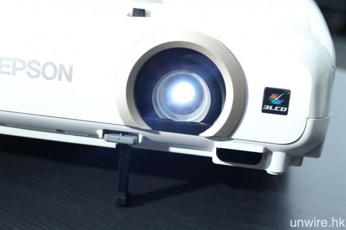 彩色投影亮度達 2,200 流明,燈泡下設有彈出式高度調校裝置。