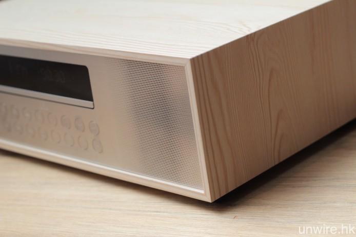 機身主要用上淺色調 MDF 木紋纖維板製成,而前面板則是不銹鋼板,兩者融合得不俗。