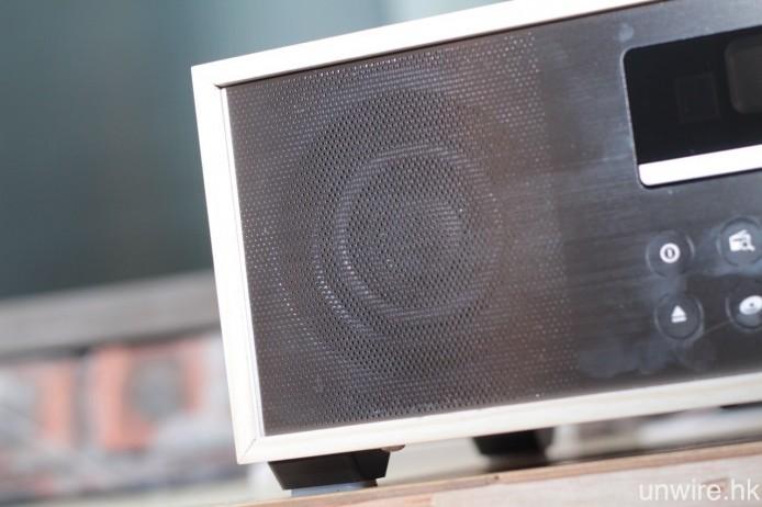 採用一對 2.25 吋發聲單元,由 15W D 類擴音器驅動。