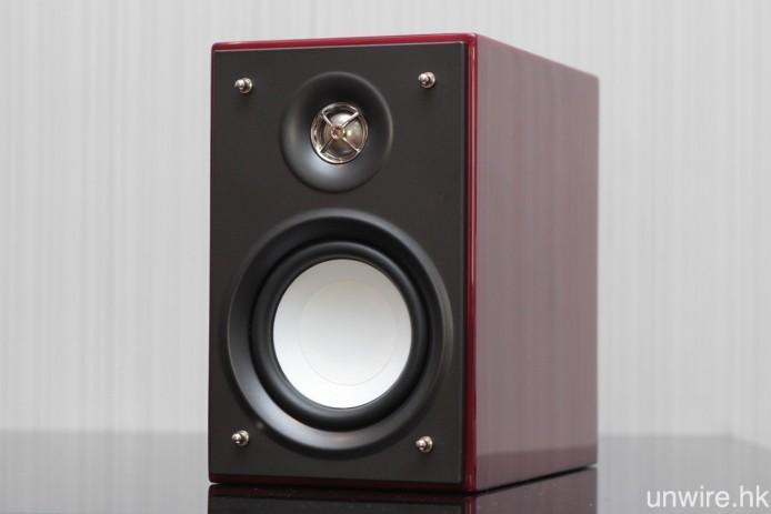 喇叭則為二路雙單元低音反射式設計,體積為 116 x 182 x 197mm,一般書檯都可容納得到。