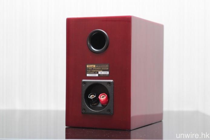低音反射孔設於喇叭背面,而鍍金喇叭接柱則支援夾線、蕉插及叉插連接。