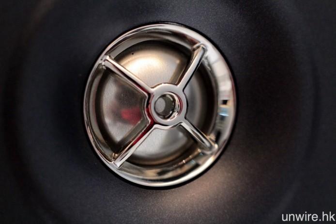 喇叭的高音單元前方加入散射器,令喇叭能夠更適合於近場聆聽。