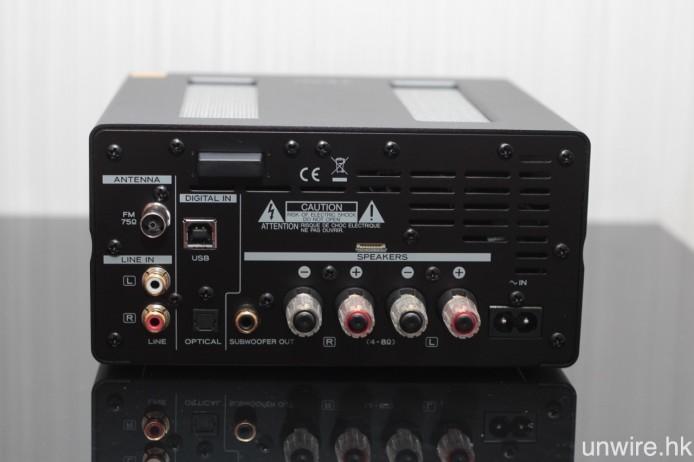 機背則有 USB Type B(支援非同步傳輸)、光纖(最高支援 24bit/96kHz 訊號)、FM 天線及 RCA Audio 輸入,以及一對鍍金喇叭接柱和超低音 Pre Out 輸出端子。