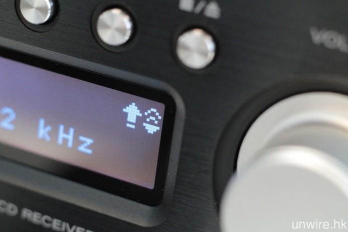 此機採用 TI PCM9211 DSP 晶片,提供兩倍升頻功能及 HR Loudness 中低頻強化功能,當開啟上述功能時,顯示屏會顯示圖中的兩組標誌,左為升頻右則是 HR Loudness。