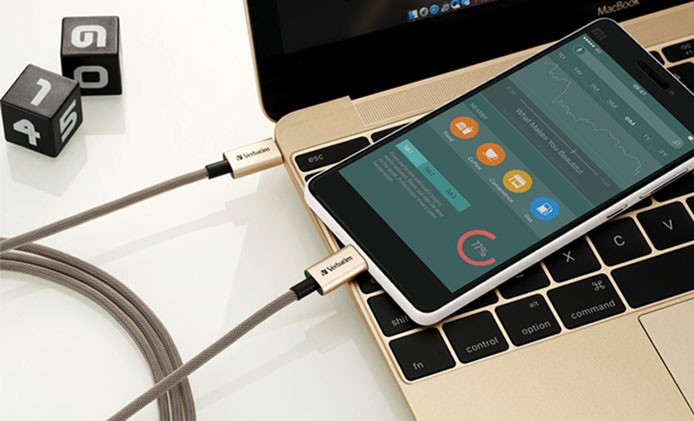 USB-C to USB-C Cable_lifestyle