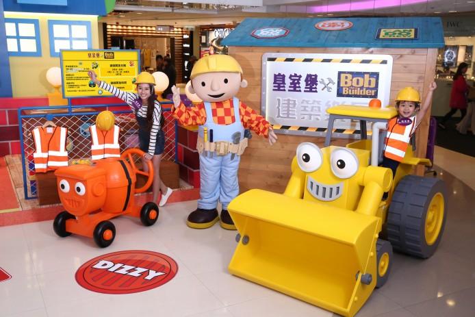 8. 黃色挖泥車Scoop與橙色水泥車Dizzy在小木屋前與大家打招呼