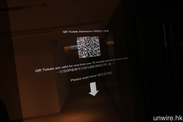 場內設有輕觸式電子購票系統,以及 QR Code 戲票入場處。