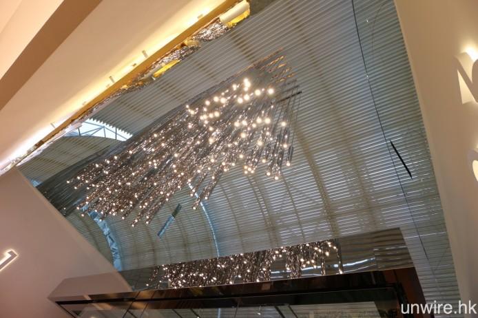 戲院大堂頂部加裝「T」字形鋁質透光頂蓬,可將陽光更自然地折射至大堂,並加設特色燈飾作晚間照明用。