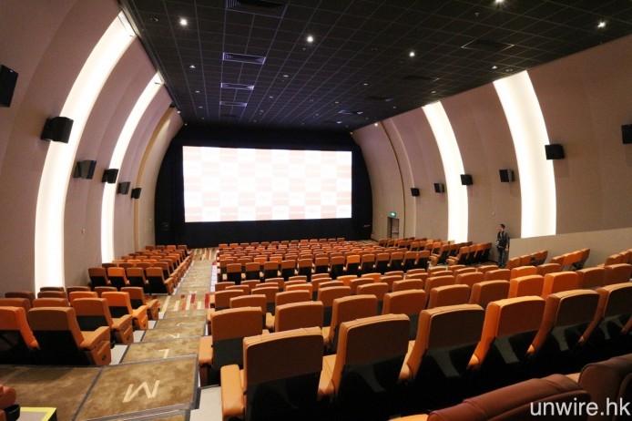 MCL 海怡最大的影廳為 1 號院,共設 287 個座位,並用上圓拱形設計,有點像置身光影隨道之感,艾域頗為喜歡這間影廳的設計。