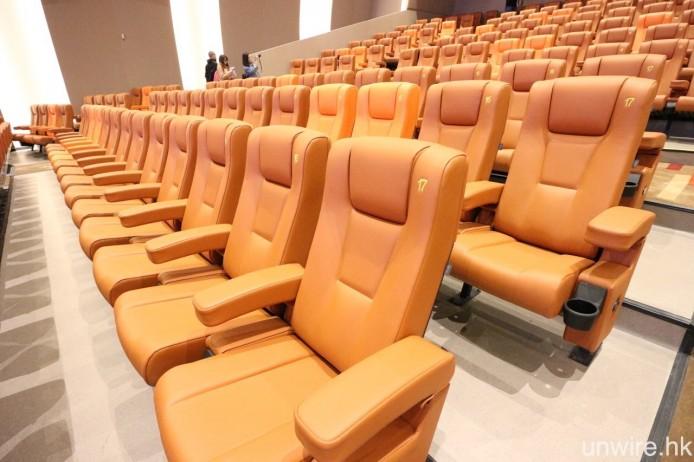 而座位則用上淺啡色配鮮橙色設計,行距夠闊,坐得頗舒服。
