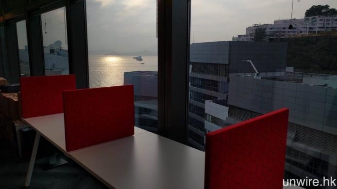 少年你太天真了,在 Microsoft 香港辦公室就設有一排無敵大海景的自修室式「自閉」工作檯,坐係度都唔知做嘢好定欣賞海景好。