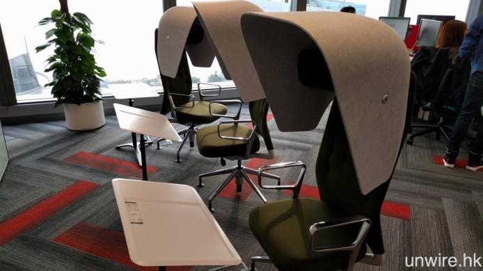仲未夠「自閉」?加埋特大頭罩的獨立座位,就可以全情投入工作之中了。