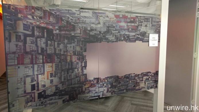 與 Pantry 一樣,在辦公室中亦有不少「Hong Kong Style」的佈置,例如鐵閘、低抄高樓等牆紙。
