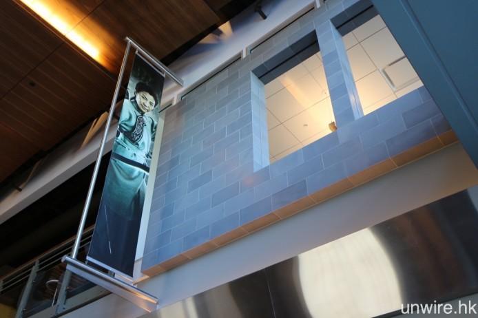 上層掛著楊紫瓊於 Netflix 投資拍攝的電影《臥虎藏龍:青冥寶劍》之造型照。